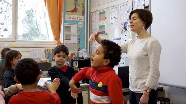 Lou Benzoni Grosset avec les enfants de l'école Ormesson